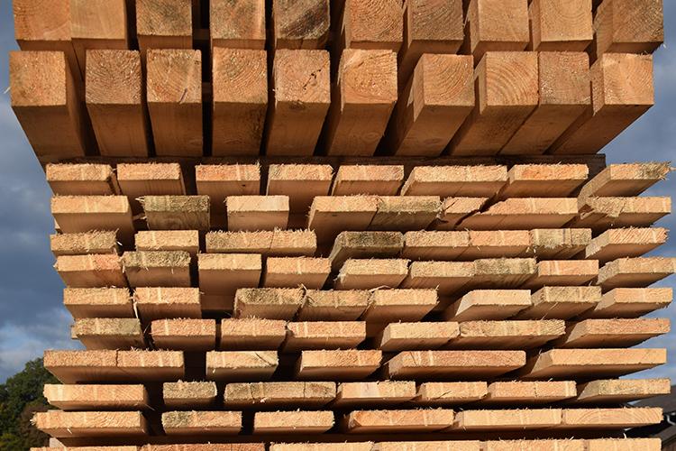 Schnittholz in Form von Brettern, Staffeln, Kantern, Pfosten und Latten